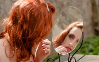 鏡と女性2