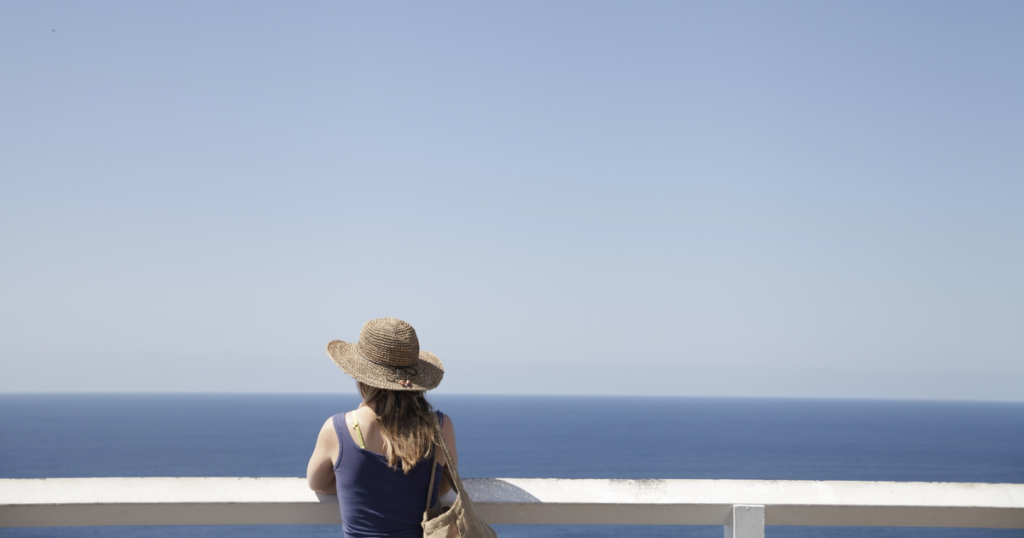 海を見る女