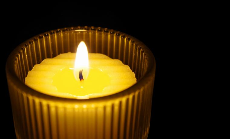闇の中の蝋燭